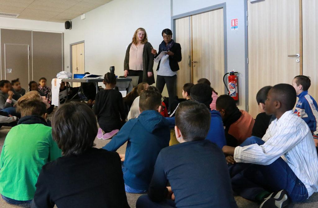 Betty Roussin est responsable au Point d'information jeunesse de l'Atelier 17 à la Communauté de communes des pays d'Oise et d'Halatte (60). Depuis 2014, elle utilise « Mon futur au présent, parlons-en ! », « Vivre en société, parlons-en ! » et « Égalité filles-garçons, parlons-en ! » durant ses interventions.