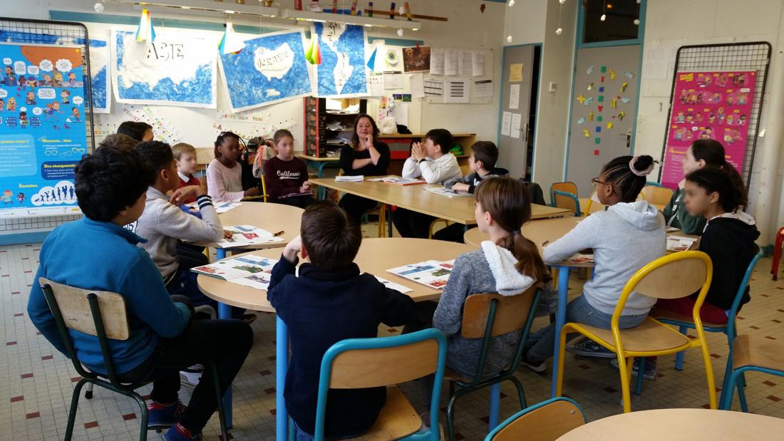 11« De l'école au collège, parlons-en ! » permet une approche très ludique avec de multiples entrées pour dialoguer avec les jeunes. Les enfants s'expriment et participent activement. Ce qui est assez étonnant, c'est qu'ils donnent l'impression d'avoir réfléchi aux questions avant.
